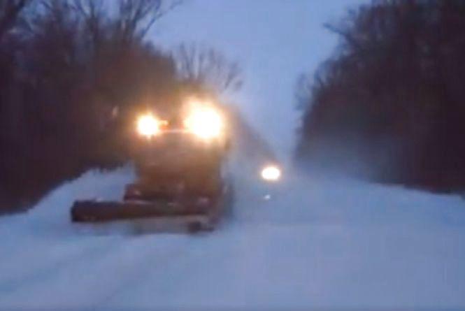 На дорогах Тернопільщини працює снігоочисна техніка. Водіїв просять бути уважними