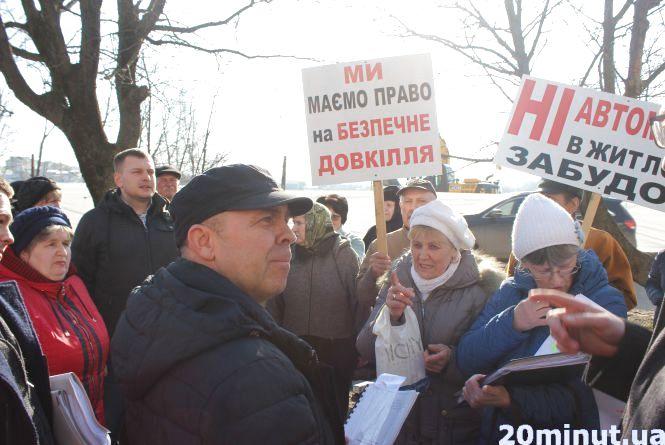"""""""Це буде Чорнобиль під вікнами"""". Мешканці Довженка пікетують проти будівництва автомийок"""