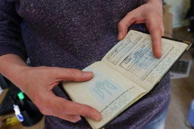 Поставив у паспорт липовий штамп, бо потрібна була віза