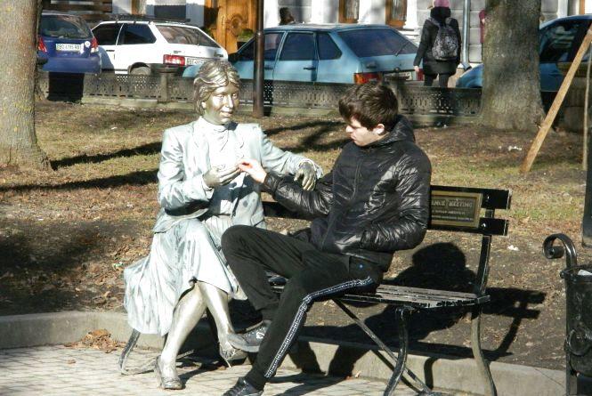 """Як колись виглядала скульптура """"Випадкова зустріч"""" у Тернополі"""