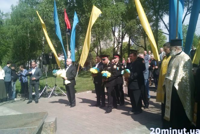 """Фото дня: біля пам'ятника """"Жертвам Чорнобильської катастрофи"""" молились та ділились наболілим"""
