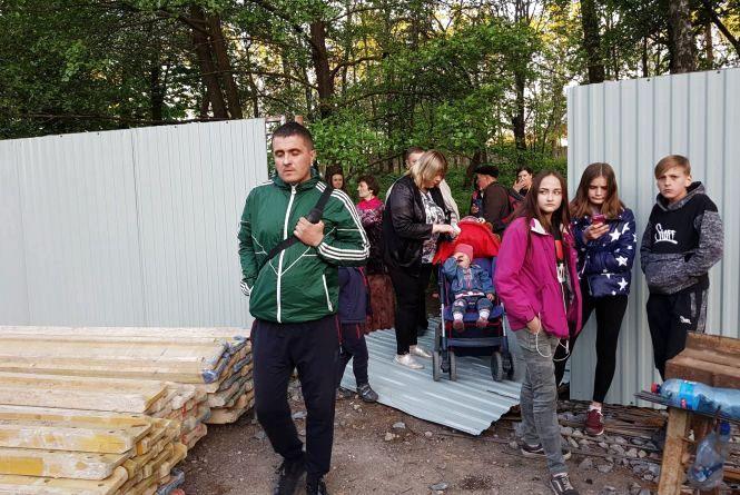 У Парку Нацвідродження люди знесли огорожу. Фото, відео (оновлено)