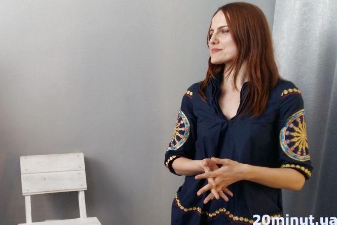 Стиліст показала, як і з чим носити вишиванку у будні