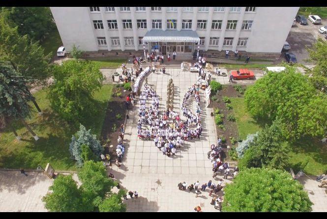 У Теребовлі 234 людини у вишиванках утворили «живий тризуб»