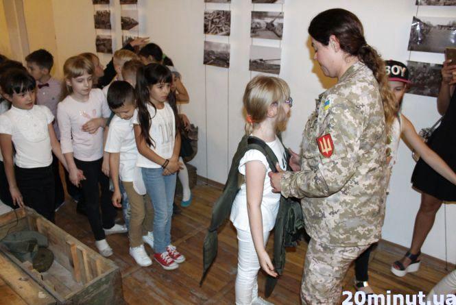 """""""Бронежилет важить, як я"""": учням зі школи №3 показали військову частину"""