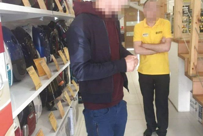 Спіймали злодія на Острозького, який каже, що хотів просто перевірити чи уважний продавець