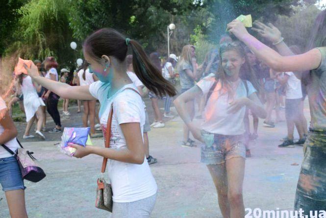 У битві фарбами на етнофестивалі в Тернополі взяли участь близько 200 підлітків