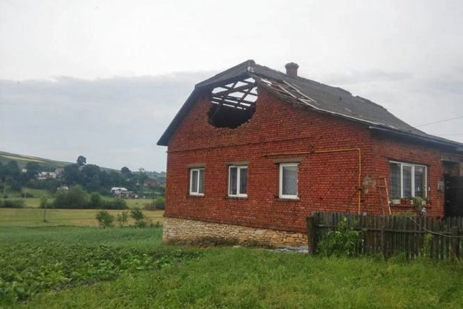 Негода наробила біди на Тернопільщині: зірвані дахи та затопленіподвір'я