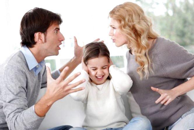 Жінка викликала патрульних до свого чоловіка, який сидить в декреті і знущається з неї