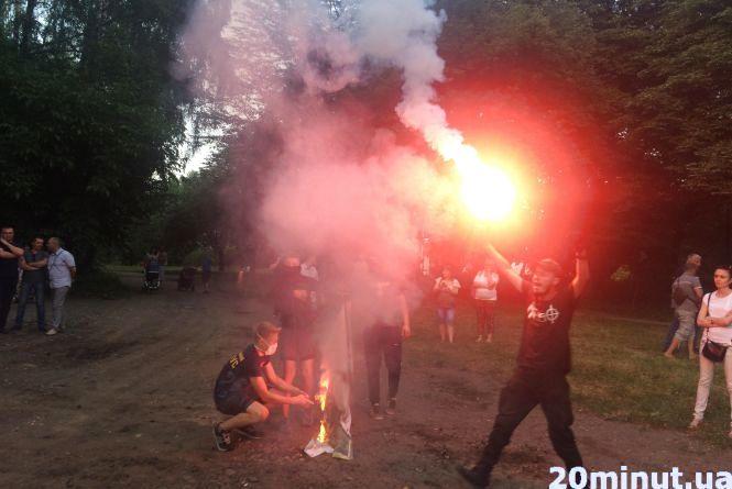 У парку Нацвідродження активісти знесли огорожу та руйнують забудову. Поліція застосувала сльозогінний газ (оновлено)