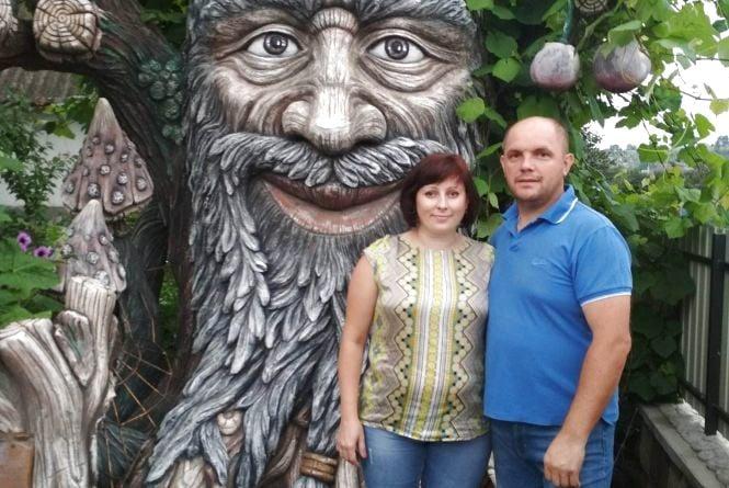 Щоб будні не здавались сірими,   Олег Котик поселив на своєму подвір'ї триметрових казкових істот