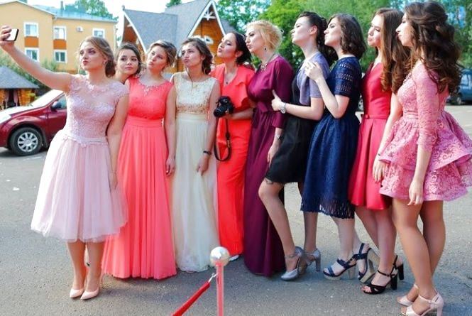 На випускний у Тернополі замовляють лімузини та купують сукні за 22 тис.  грн. Святкування ... 2670d6c4697a7