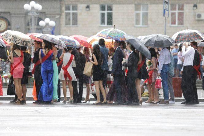 Випускний під дощем? До Тернополя суне холодний атмосферний фронт