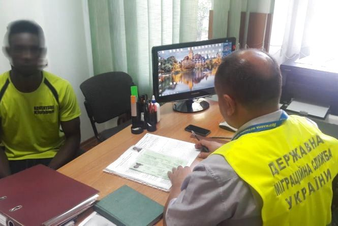 Нігерійця, який днями в ДТП розтрощив маршрутки та два авто, висилають з України