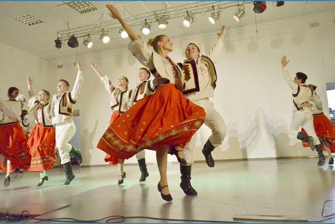 На випуcкний китайці кидають зошити з вікон, а молдовани танцюють
