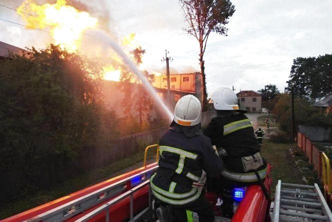 Евакуювали більше 300 людей. Поліція розслідує причини пожежі на спиртзаводі у Збаражі