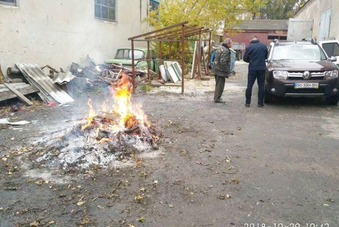 Жек на Київській палив листя і сміття. Люди викликали муніципалів