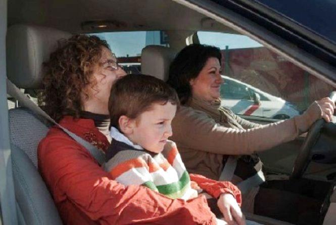 На передньому сидінні - лише діти від 12 років і старші. Як можна так легковажити?