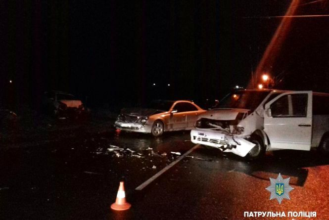 В нічній ДТП на Текстильній постраждало троє людей. Один водій втік