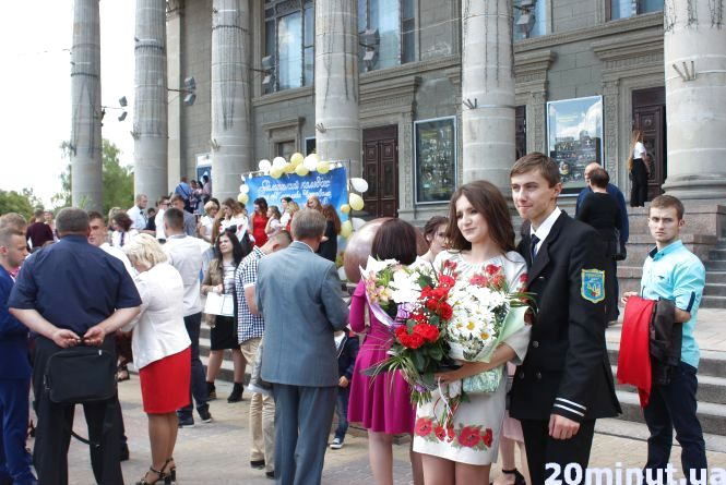 Фото дня: на Театралці понад сотня випускників радіють отриманим дипломам