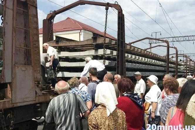 У Тернополі на залізничному вокзалі люди перелазили через потяг