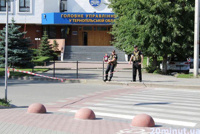 Біля податкової поліцейські перекрили дорогу