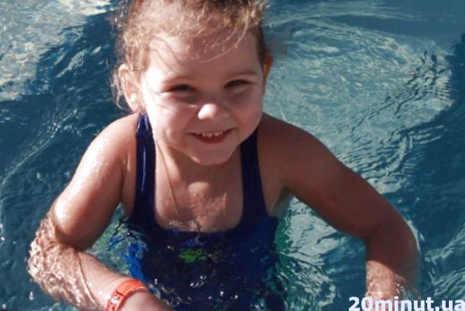 Помоліться за 5-річну Вікусю, яка вижила у смертельному ДТП, але досі в комі