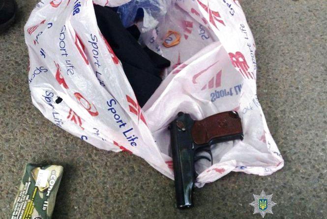На Чумацькій чоловік стріляв із пістолета. Викликали поліцію