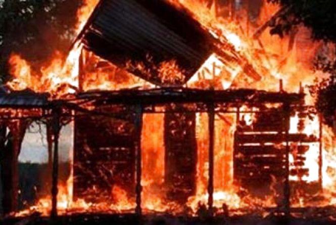 На Тернопільщині жінці колишній спалив хату, а вціліле майно викрав сусід