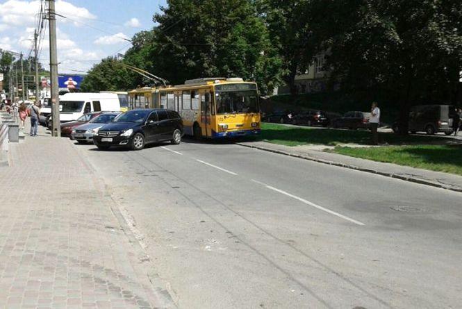 Через припарковані авто тернопільські тролейбуси змушені їздити тротуарами