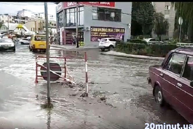 Біля ринку потоп. Люди скаржаться на сморід