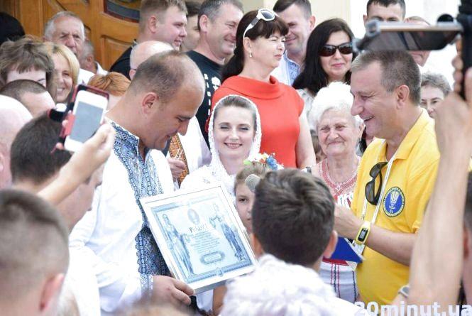 Фото дня: у Чорткові 237 Петрів та Павлів встановили рекорд