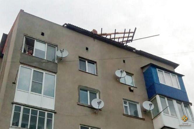 На Тернопільщині буревій валив дерева і зривав дахи