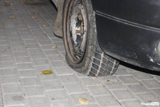 """Хуліганство у Тернополі: на """"Дружбі"""" вночі порізали колеса"""