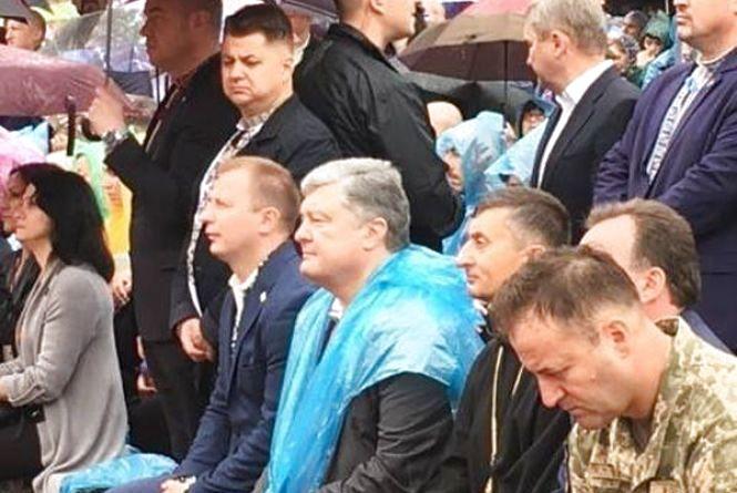 Люди пішки, Гарант - на гелікоптері. Петро Порошенко прибув на прощу до Зарваниці