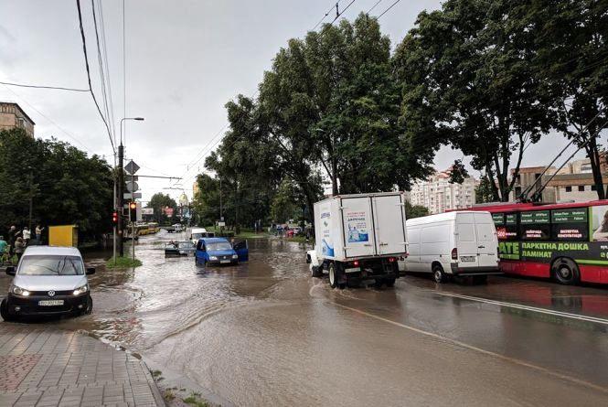 """У Тернополі затопило територію біля """"Універсаму"""" та Збаразьке кільце (оновлене)"""