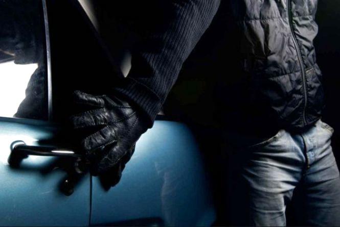 У Тернополі хитрі злодії викрали у водія 35000 грн