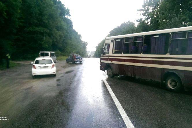 """На Тернопільщині автобус в'їхав у """"ВАЗ"""". Постраждав пасажир"""
