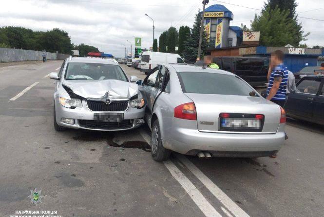 """ДТП на """"Дружбі"""": через молодого водія постраждав пасажир та потрощені авто"""
