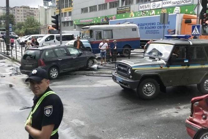 """Біля """"Сільпо"""" аварія. Побито три авто, у одного з пасажирів серйозні травми"""