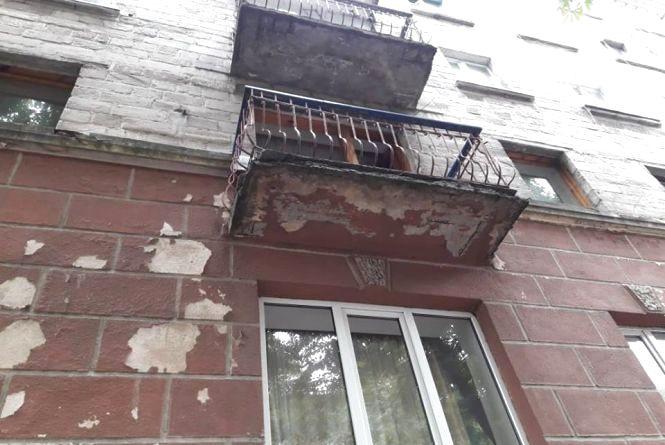 Аварійний балкон на Руській розвалюється просто над головою у перехожих
