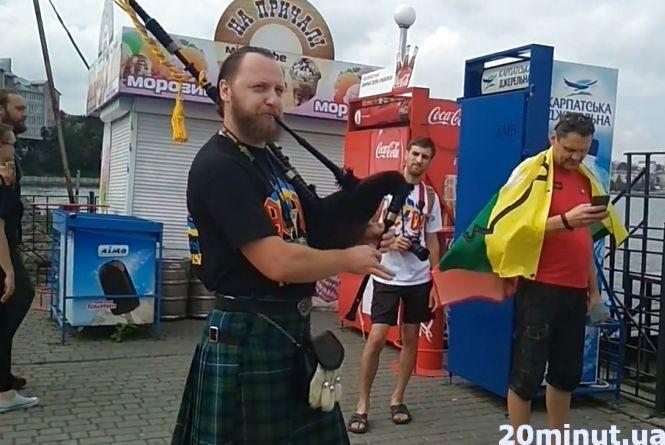Відео дня: На Набережній музикант з Дніпра грає на волинці