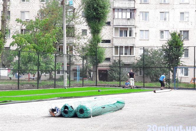 На спортмайданчику на Київській вже стелять штучну траву. Відкриття - до Дня міста