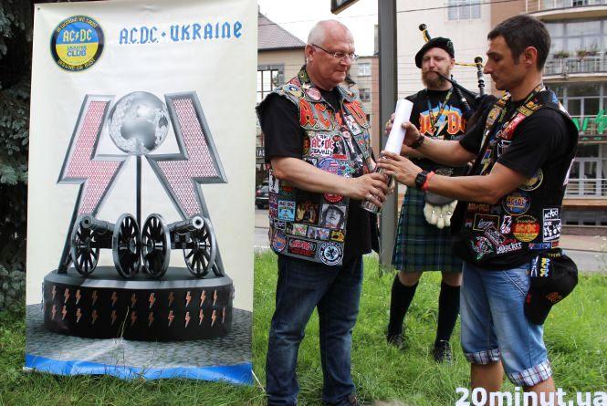 Капсулу для встановлення пам'ятника фанатам  АС/DC заклали у Тернополі