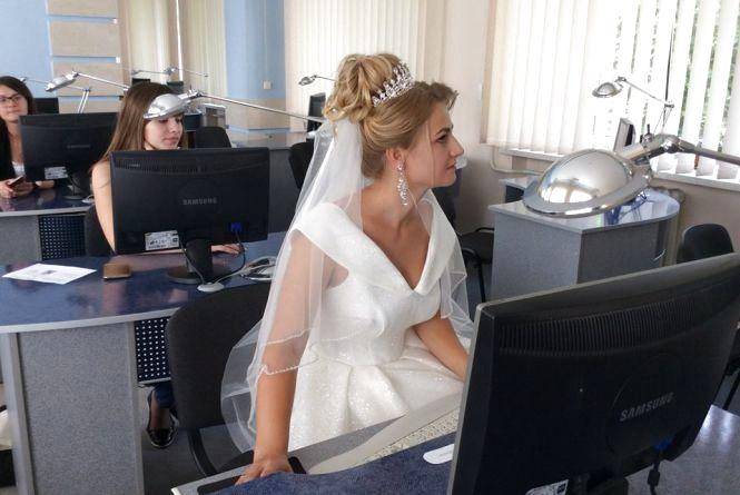 У Тернополі дівчина прийшла на екзамен у весільній сукні