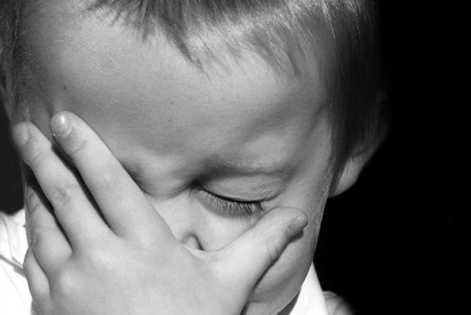 У Тернополі батько з малюком ходив по дорозі, кричав і кулаками бив автомобілі