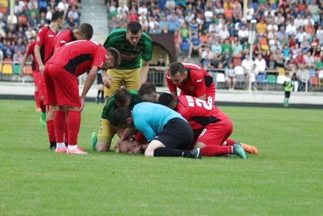 Під час футбольного матчу у Тернополі гравець втратив свідомість