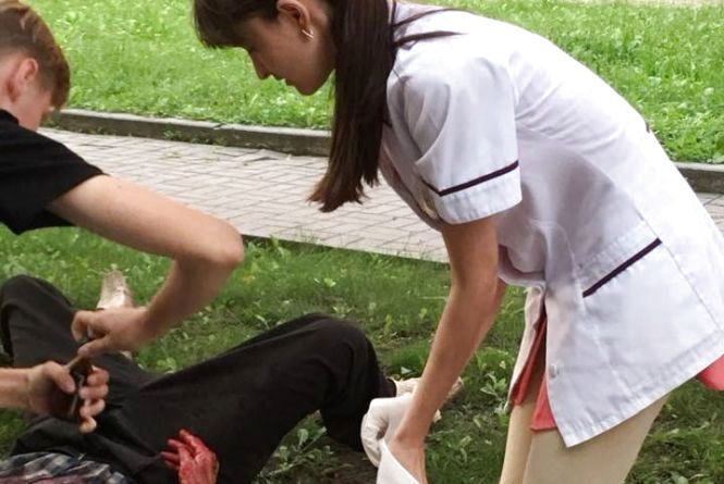 Чоловік стікав кров'ю біля «Подолян». Соцмережі хвалять фармацевта, яка кинулась його рятувати
