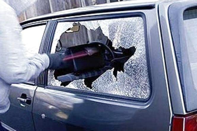 У Тернополі злодій за кілька хвилин розбив скло в автівці і викрав 80 000 грн