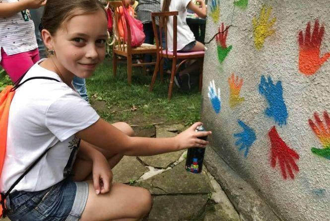 Фото дня: діти розфарбували бібліотеку на Тернопільщині долоньками